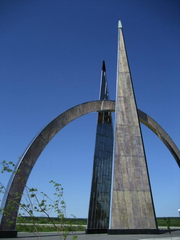 Подбор памятников Салехард Мемориальный комплекс с барельефом в человеческий рост Гагарин